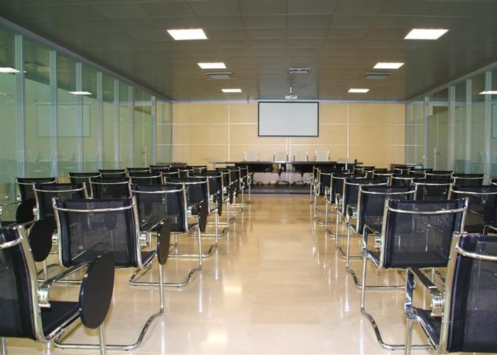 Ubicado dentro de la sede central, la sala de conferencias moderna.